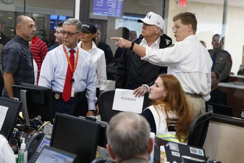川普在德州視察災情,到訪當地的公共安全與災害執行中心。(美聯社)