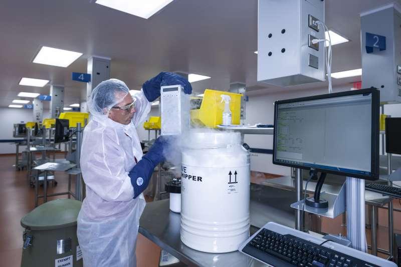 2015年7月,病患身上的T細胞被送到諾華製藥公司在紐澤西的實驗室之後,接受基因改造(AP)