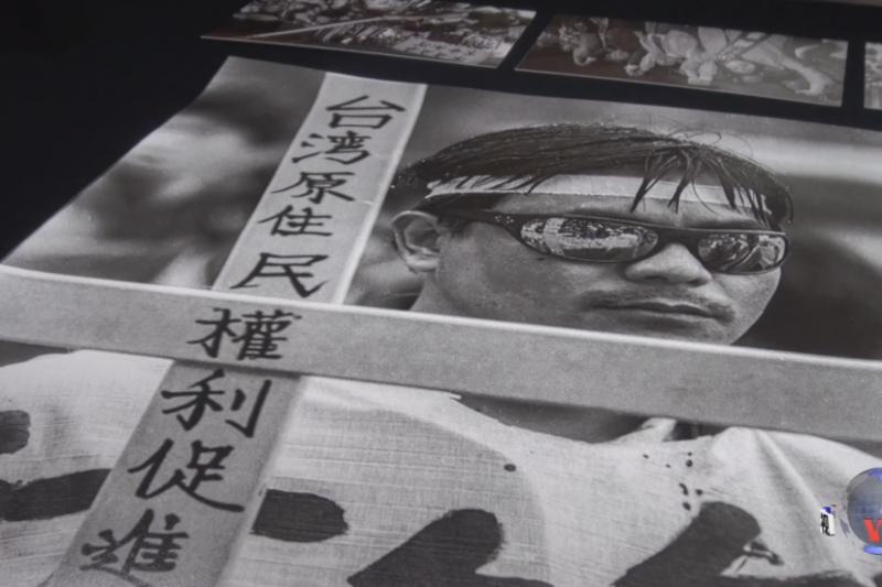 駐紐約台北經文處為紀念解嚴30周年推出《歷史的暗影與光》展覽。(美國之音)