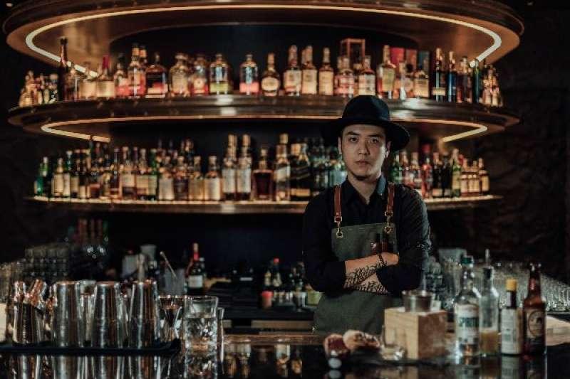楊子逸著迷於酒加其他飲品的化學變化,從廚師轉為調酒師,他認為兩者是相通的,都是跟料理、創意與經典飲品/食物有關。(圖/明日誌MOT TIMES提供)
