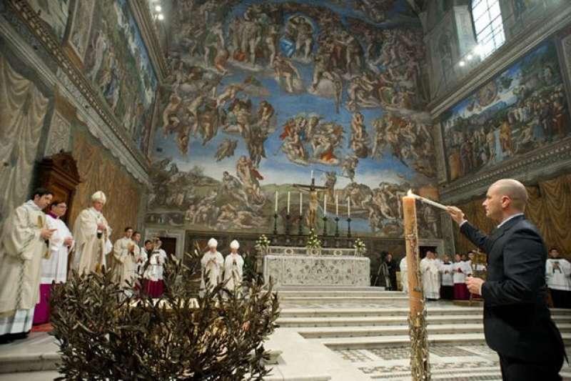 教宗方濟各在西斯丁教堂。(圖取自 Famiglia Cristiana)