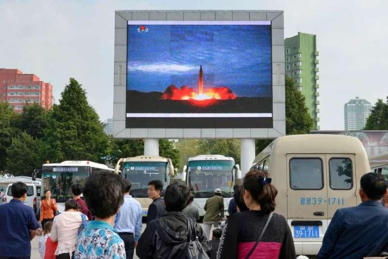 朝鮮人在平壤車站觀看發射「火星12」飛彈的電視新聞。