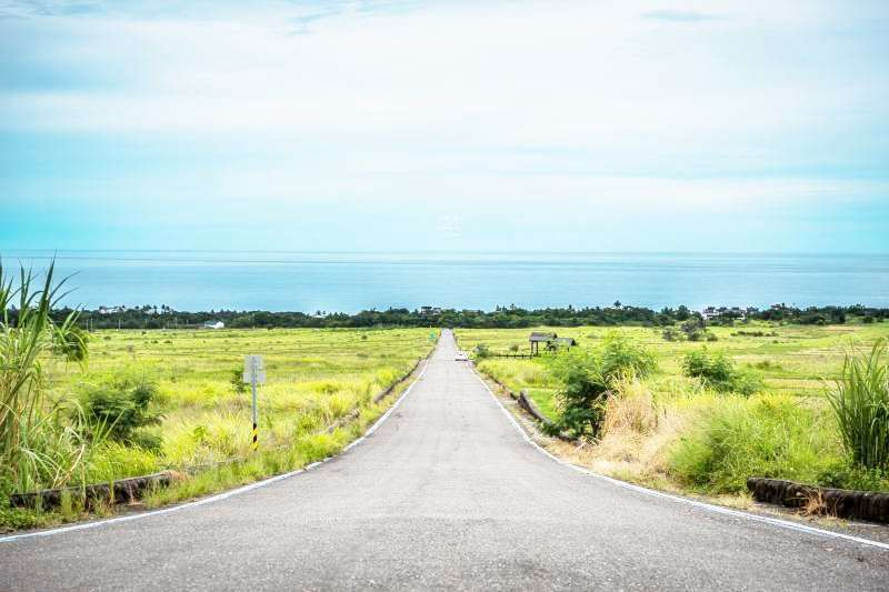 一路綿延到海洋的道路,怎麼拍都令人驚嘆!(圖/Youxing Tu@Flickr)