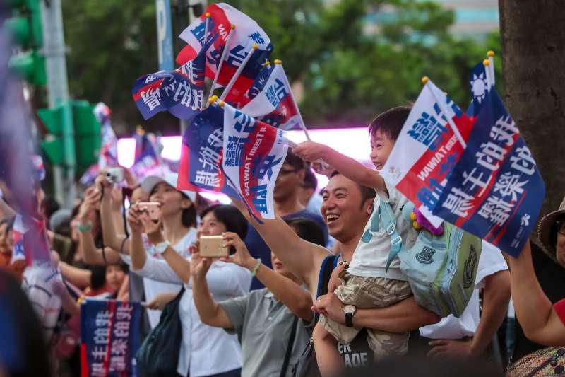 20170831-世大運中華隊31日搭乘車輛參與「英雄大遊行」活動,於終點市府廣場前受到民眾熱烈歡迎。(顏麟宇攝)
