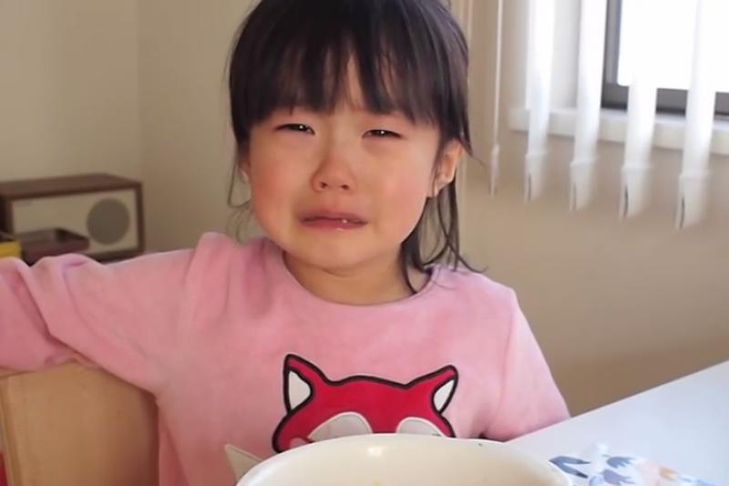 小孩止不住的哭鬧,可以採time-out的方式讓她平靜情緒。(示意圖非本人/翻攝自youtube)