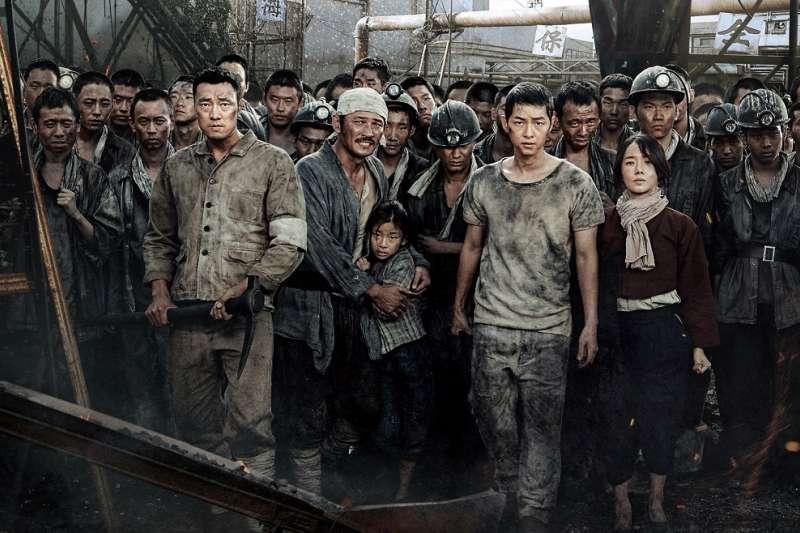 《軍艦島》是導演基於被史實吸引,而產出的一部「創作」。(圖/車庫娛樂提供)