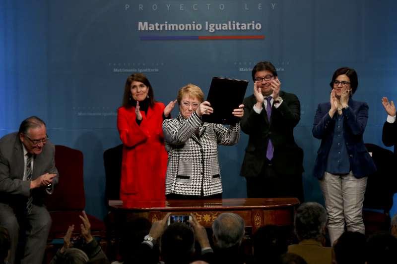 智利總統巴舍萊29日將一項同性婚姻合法化的法案送交國會。(美聯社)