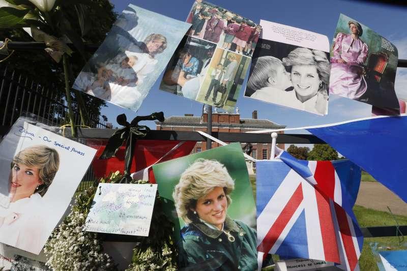 8月31日是英國黛安娜王妃逝世20週年忌日,她生前倫敦居所肯辛頓宮前聚集來自全球的粉絲,向心中永不凋謝的英倫玫瑰致敬。(AP)