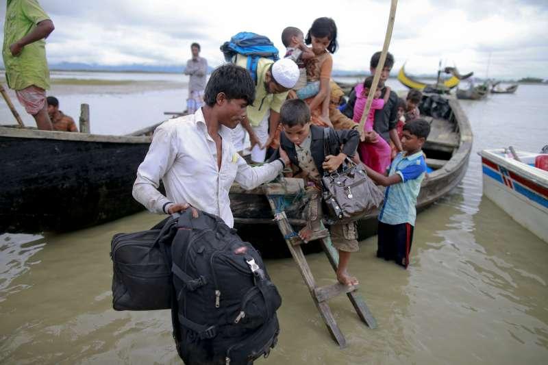 緬甸信奉伊斯蘭教的羅興亞人遭受嚴重迫害,許多人冒險搭船出海或渡河,尋找容身之處(AP)