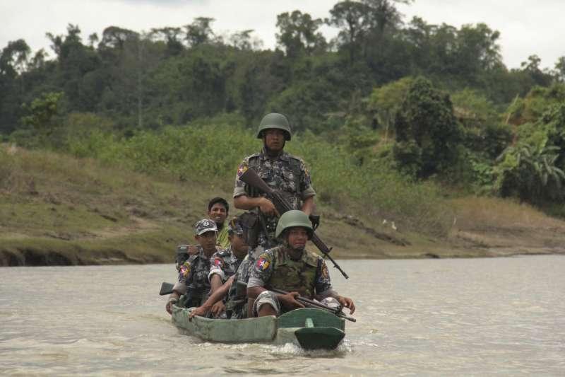 緬甸羅興亞人激進組織攻擊事件之後,軍方加強戒備巡邏(AP)