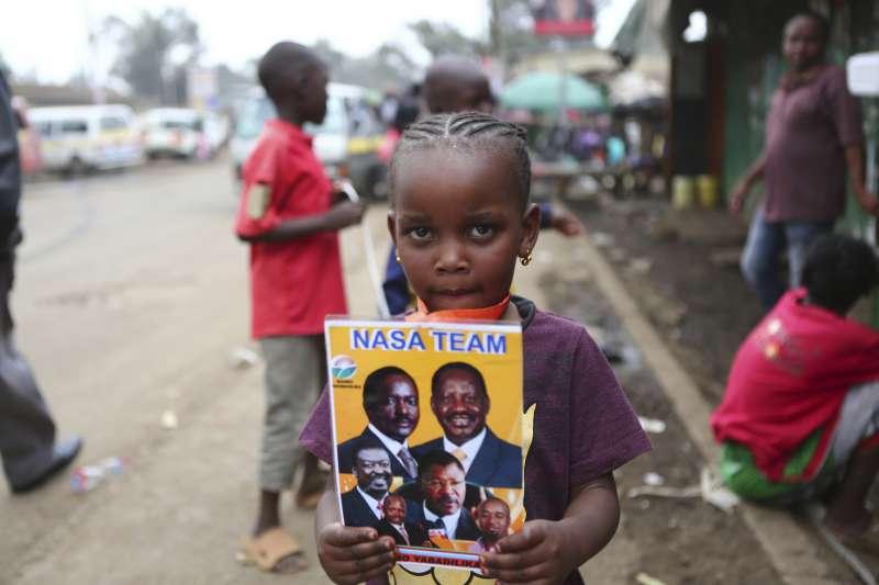 奧汀格的小小支持者拿著印有他的宣傳海報在法院外等候判決出爐。(美聯社)