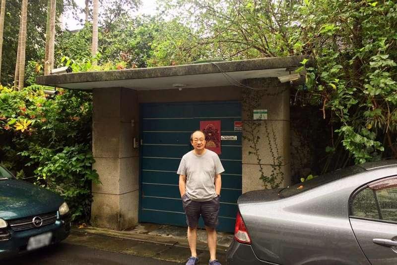 民進黨立院黨團總召集人柯建銘,2日走訪俞大維故居,認為該建物承載台灣動盪時代,值得緬懷人物與風潮的驅動,「是該保存,不該拆的,是無價的。」(柯建銘辦公室提供)