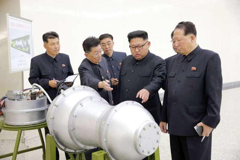 2017年9月,北韓最高領導人金正恩(右二)視察該國「核武器研究所」,現場察看一枚據稱可由洲際彈道飛彈搭載的氫彈。(AP)