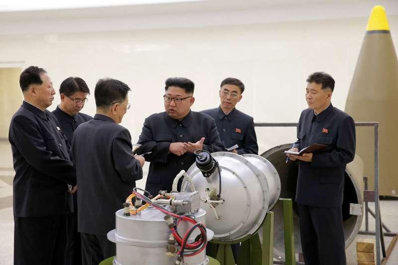 2017年9月,北韓最高領導人金正恩(中)視察該國「核武器研究所」,現場察看一枚據稱可由洲際彈道飛彈搭載的氫彈。(AP)
