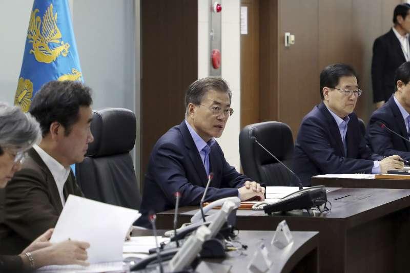 南韓媒體建議政府自行研發核武,圖為南韓總統文在寅召開國安會議(AP)