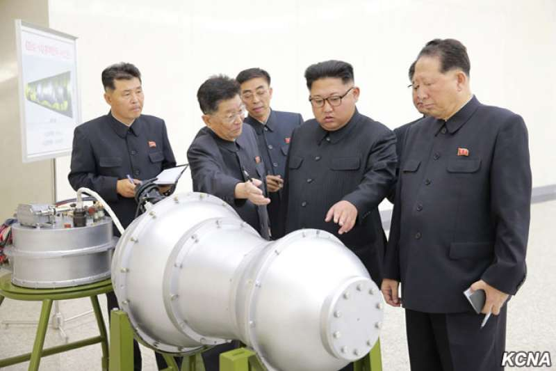 北韓《朝中社》放話,若美國不解除對北韓的核武威脅,否則北韓不會單邊放棄核武。2017年9月,北韓最高領導人金正恩視察該國「核武器研究所」。(朝中社)
