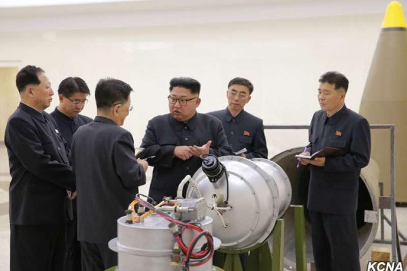 2017年9月,北韓最高領導人金正恩視察該國「核武器研究所」,現場察看一枚據稱可由洲際彈道飛彈搭載的氫彈。(朝中社)