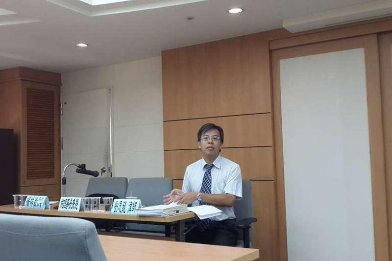 (秀娟專題):高雄律師公會理事、仁頌聯合律師事務所律師劉思龍指出,律師高度集中台北是很畸形的現象,在台北律師公會獨大的事實未打破前,對中南部律師公會要有保護色彩,才能免於惡性競爭,讓地方公會發展各自的特色。(取自劉思龍臉書)