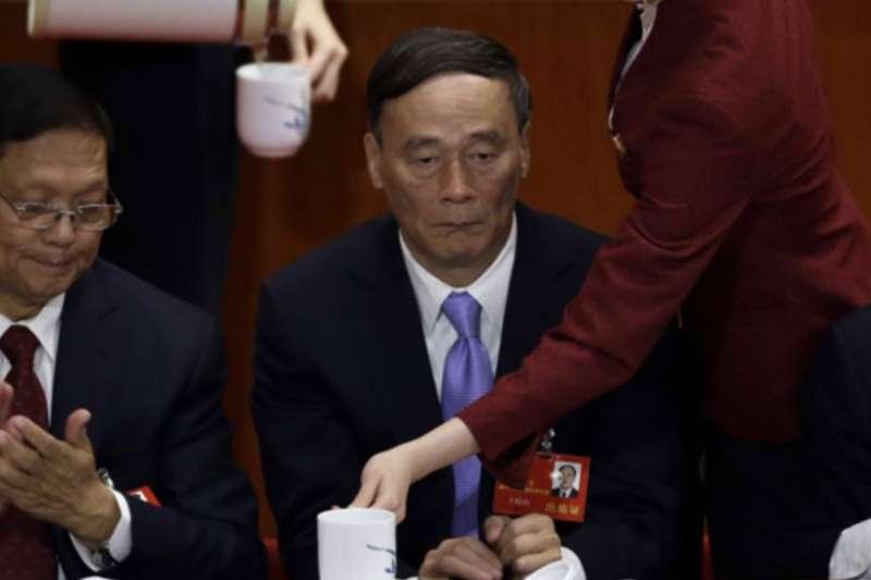 中共十八大上,時任國務院副總理王岐山(中)在主席台上,王岐山後來成為中紀委書記。(2012年11月8日,美國之音)