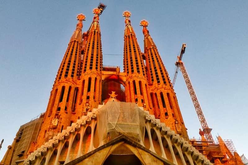 高第的聖家堂可說是建築界的奇觀,是世界上唯一一座還未完工就被列為世界遺產的建築物。(圖/F Delventhal @flickr)