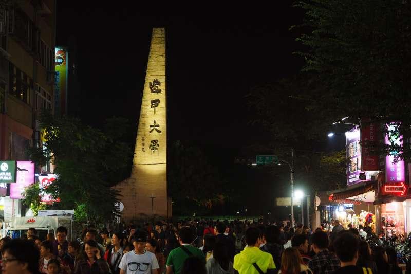 逢甲夜市是全台灣數一數二的美食聚集地,熱門店家天天都大排長龍。(圖/othree@flickr)