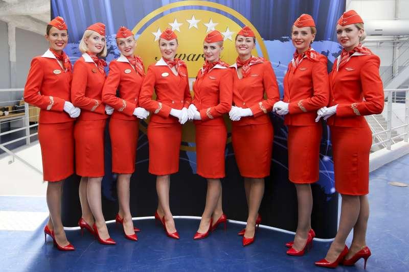 俄羅斯航空今年2月公佈新規定,40歲以上、擠不進48號制服的空服員不得飛國際線(AP)