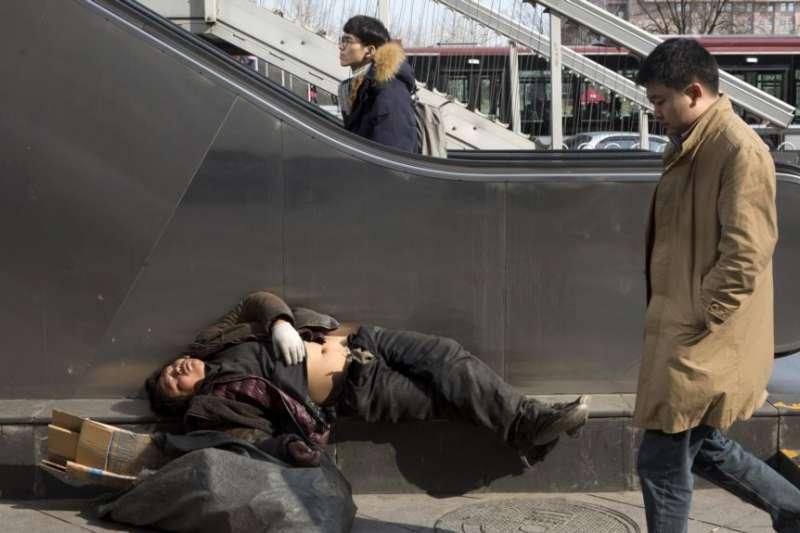 北京街頭的無家可歸者。(美國之音)