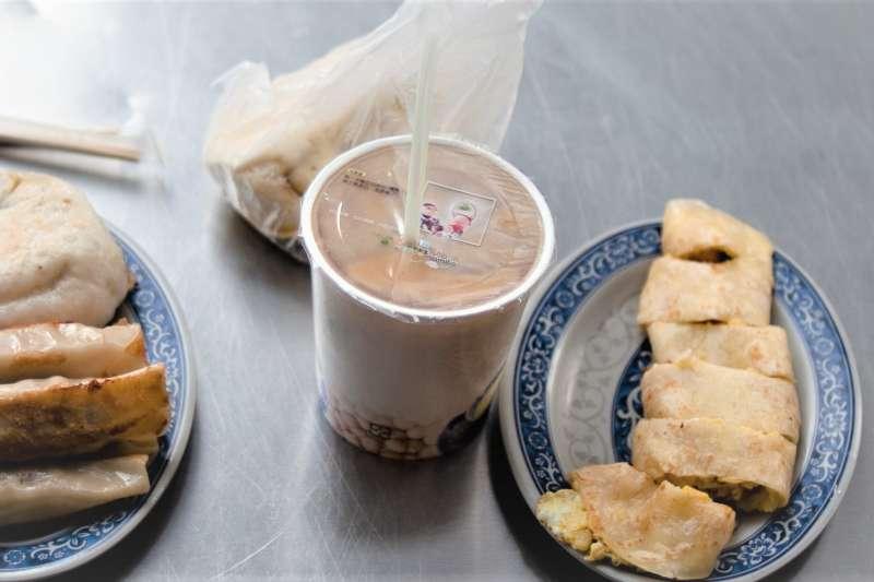 早餐店奶茶一向被戲稱「地表最強通腸劑」,因為裡面的紅茶、奶、冰塊,以及煮茶過程的溫度控管等,都可能導致我們拉肚子。(圖/Jorge Gonzalez@flickr)