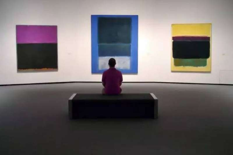 Mark Rothko畫作的系列中,尺寸都非常巨大,卻是要表達一種非常親密、人性的感覺。(圖/瘋設計提供)