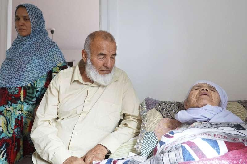 老奶奶烏茲別基得知庇護申請遭到瑞典政府拒絕後,健康惡化,她的兒子穆罕馬杜拉(中)與媳婦喜芭(左)照顧她(AP)
