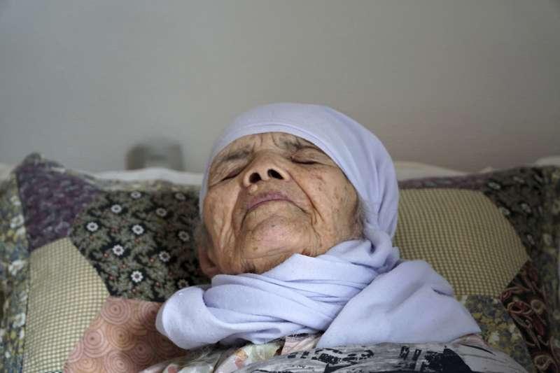 阿富汗百歲老奶奶烏茲別基的庇護申請遭瑞典當局拒絕後,健康惡化,甚至中風,目前臥病在床(AP)