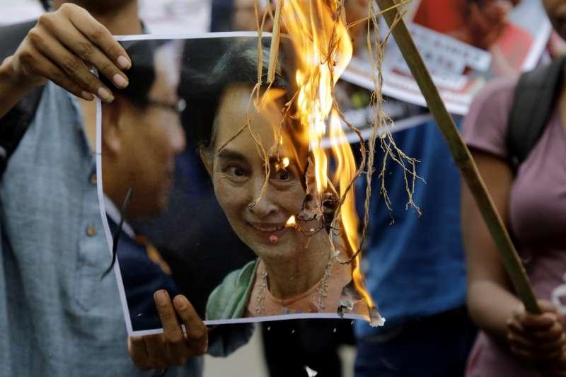 緬甸羅興亞難民問題再起,抗議民眾憤怒焚燒翁山蘇姬頭像。(美聯社)