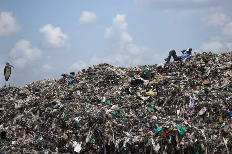 塑膠垃圾已成為人類飲食危機,美國非營利媒體Orb Media抽查五大洲自來水,發現83%的自來水樣本含有微塑膠。(AP)