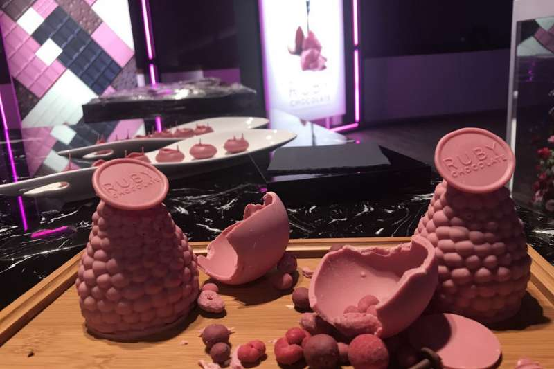百樂嘉利寶表示,粉紅色的紅寶石巧克力口感滑順,具有莓果香氣(取自Barry Callebaut官網)