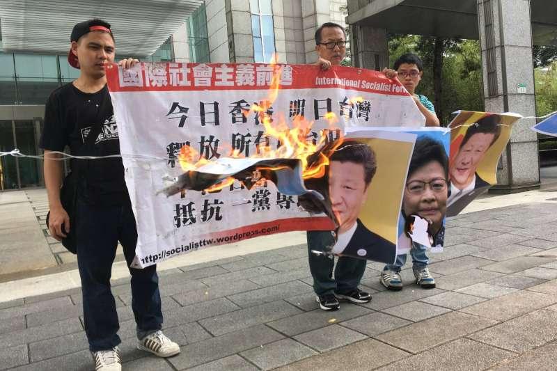 社運組織「國際社會主義前進」於香港在台辦事處一樓進行抗爭,怒燒習近平與香港特首林鄭月娥照片。(取自國際社會主義前進臉書)