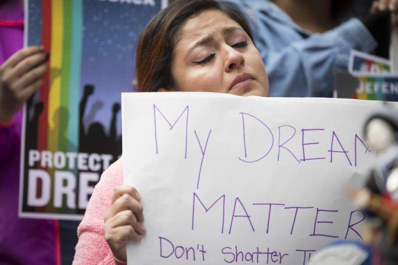 抗議者在川普大樓外手持標語「我的夢想很重要,請不要打碎它」。(美聯社)