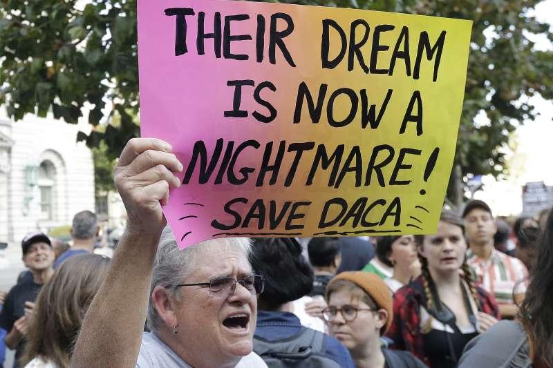 抗議者在川普大樓外高舉「他們的夢想不該成為惡夢,保護逐夢者計畫」標語。(美聯社)