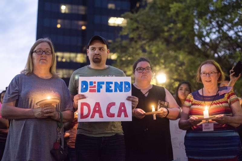 抗議者在川普大樓外高舉「保護逐夢者計畫」標語。(美聯社)