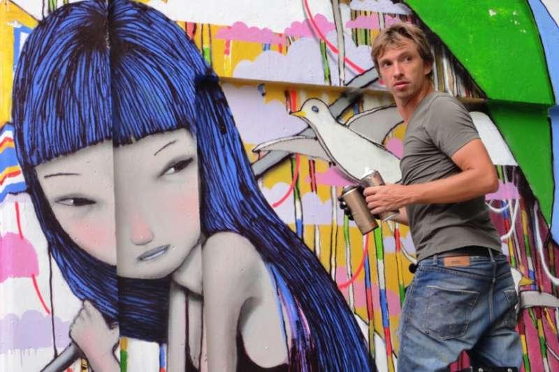 藝術家於越南胡志明市創作壁畫。 ©Julien Malland。(圖/瘋設計提供)
