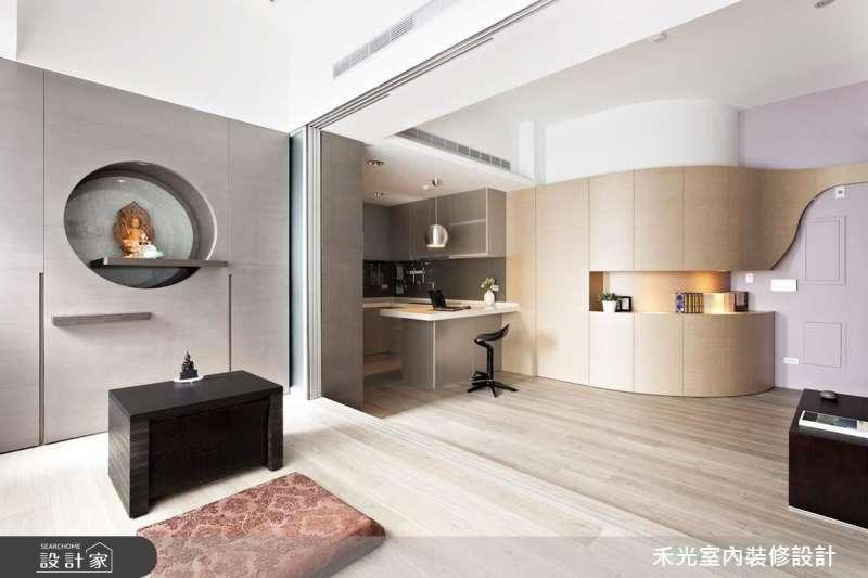 家裡的裝潢很有現代感,放上一個傳統神明桌很不搭怎麼辦?來參考一下這些新潮的神明桌設計!(圖/設計家Searchome提供)