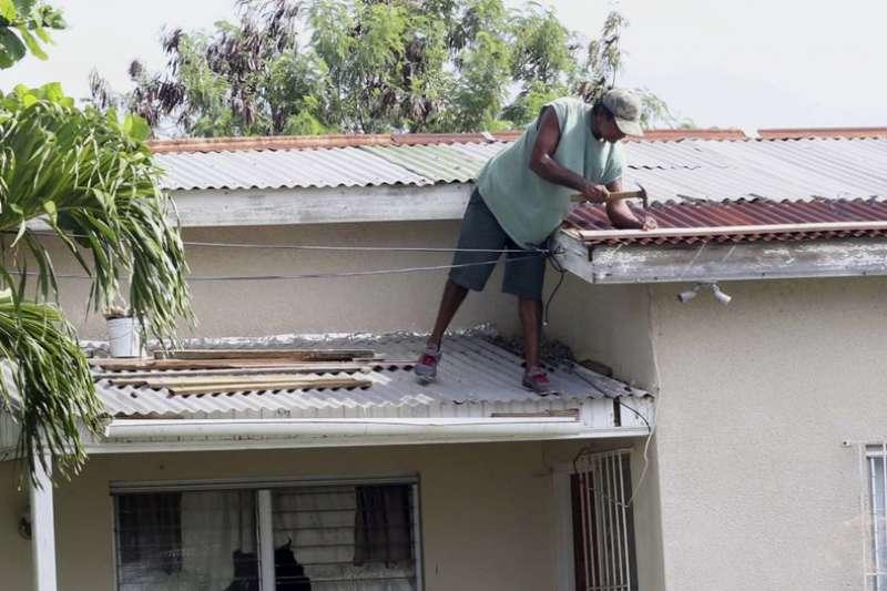 安地卡與巴布達的民眾5日修補屋頂,準備承受艾瑪颶風的襲擊。 (AP)