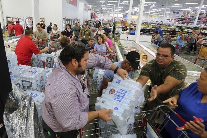 艾瑪颶風即將侵襲美國佛羅里達州,當地居民搶購食物補給品(AP)