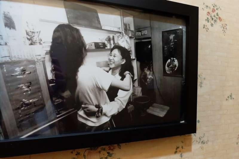 20170906文萌樓「我本善良,何需從良」特展-前公娼白蘭於檳榔攤與姐妹見面(謝孟穎攝)
