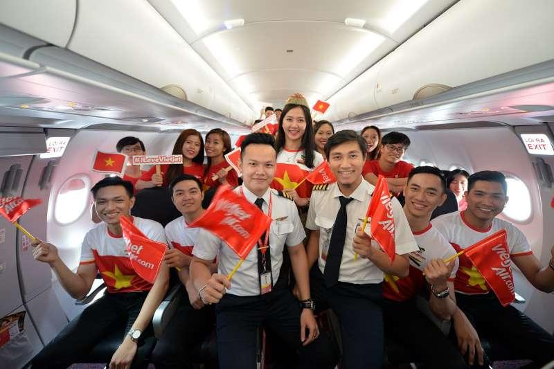 越捷機組人員身穿國旗衣慶祝越南國慶日(圖/越捷航空)