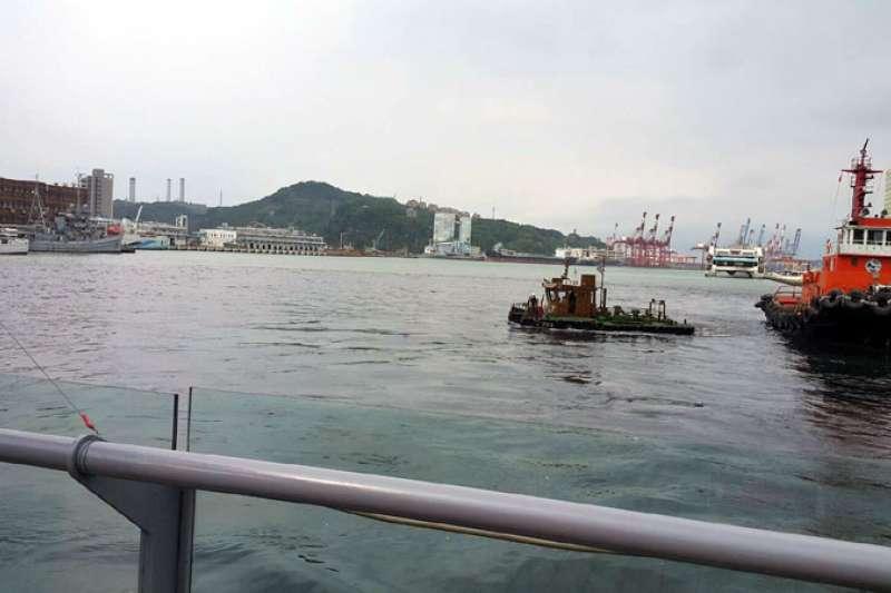 基隆港旭川河口流出「黑水」,讓基隆港水域變成「陰陽海」。(圖/基隆港務分公司提供)