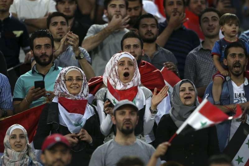 因為當地法規禁止女性觀看足球比賽,伊朗的足球賽主場只看得到敘利亞的女球迷。(美聯社)
