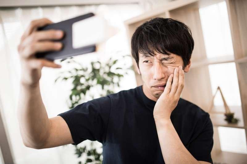 口腔潰瘍是口腔癌初期重要症狀,要是嘴破超過2週就應注意。(圖/すしぱく@pakutaso)