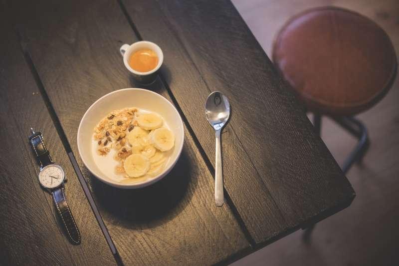專家建議,如果近更年期的婦女睡前肚子餓,可以吃點香蕉、優格、堅果(取自Pixabay)