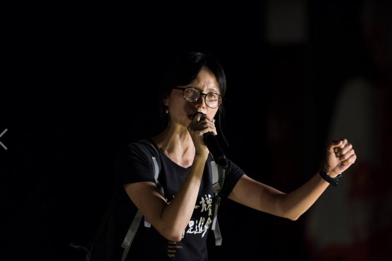 台權會秘書長邱伊翎在台上致詞時,情緒激動地說,「要受審的不是李明哲,是中國政府,這是對中國政府的審判,不是對李明哲的審判」。(台灣民主基金會提供)