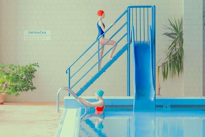 Maria Svarbova喜歡拍攝泳池,為平常濕悶、不起眼的空間添增夢幻氣息,原來藍色也可以看起來那麼和煦溫暖。(圖/Maria Svarbova photography臉書粉專)